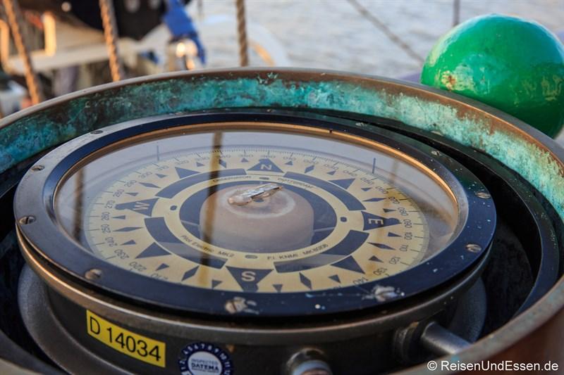 Kompass auf der Barkentine Thalassa