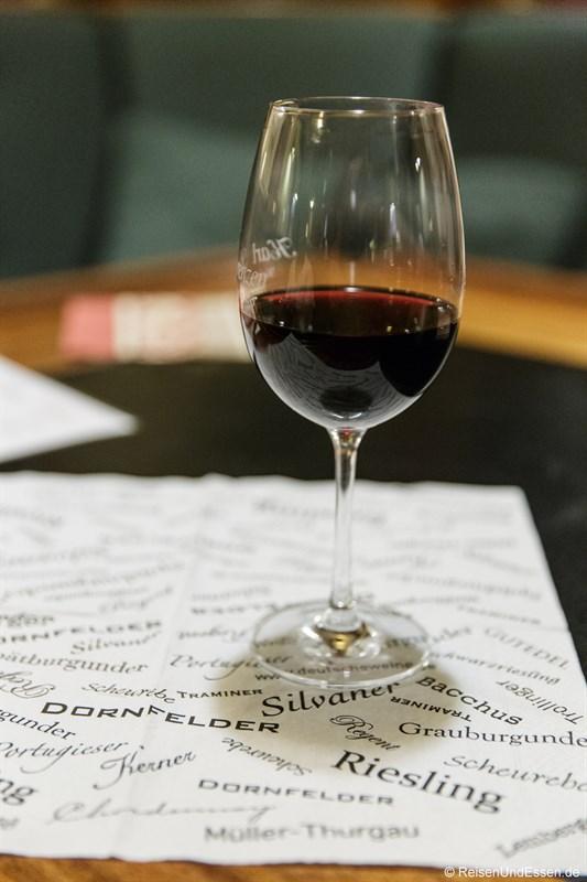 Glas Rotwein auf der Barkentine Thalassa