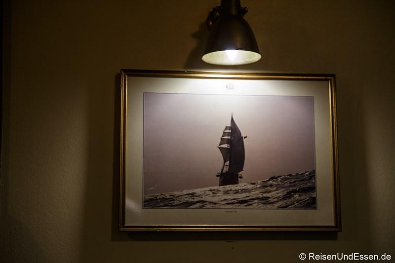 Bild im Salon auf der Barkentine Thalassa