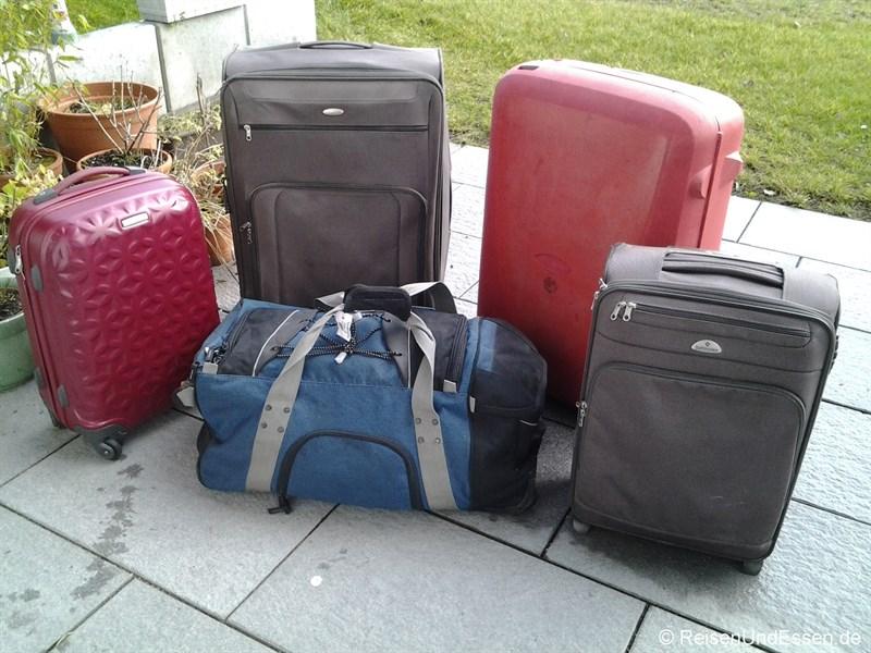 Gepackte Koffer für den Flug mit Lufthansa von München nach Peking