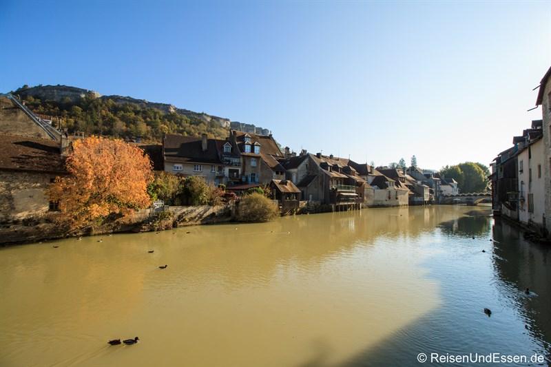 Blick auf den Fluss La Loue in Ornans