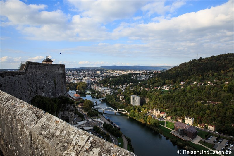 Blick von der Zitatelle auf den Fluss Doubs