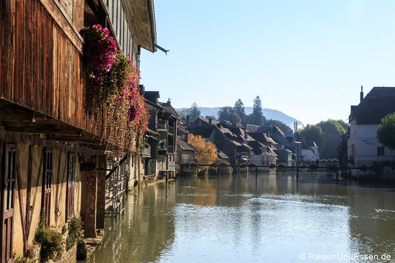 Häuser an dem Fluss La Loue in Ornans