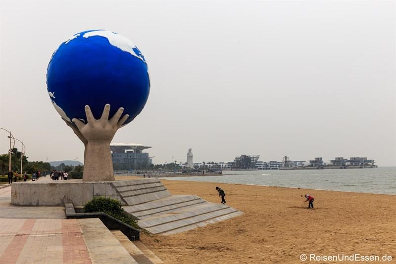 Strand mit Weltkugel in Xiamen