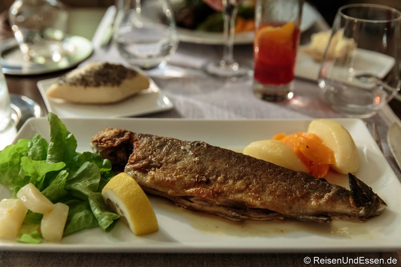 Hauptspeise mit Forelle im Hotel de France in Ornans
