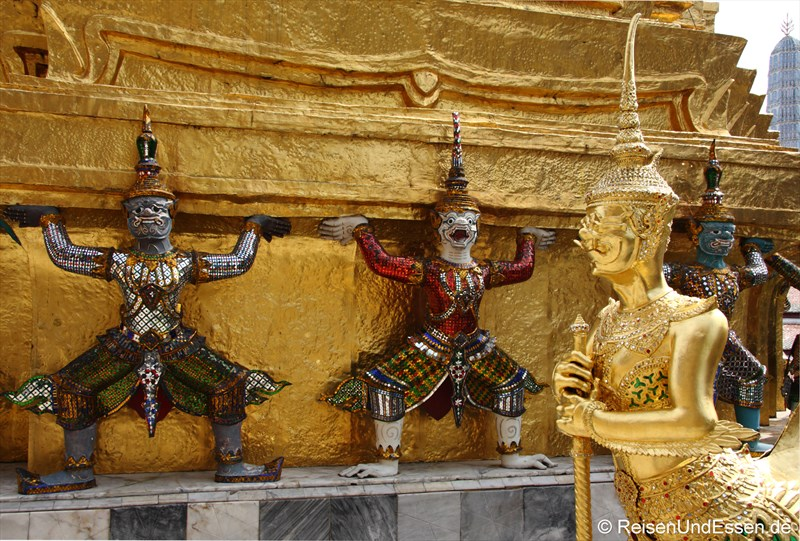 Karyatide am Chedi im Wat Phra Kaeo
