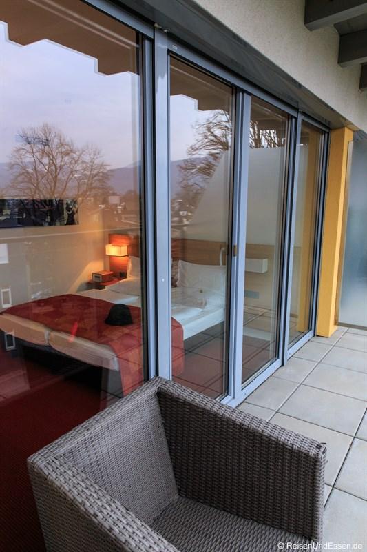Blick von der Terrasse in den Schlafbereich der Junior Suite