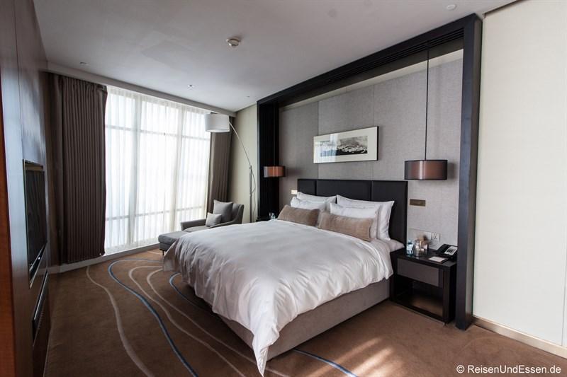 Schlafbereich in der Panorama Suite im Sunrise Kempinski Hotel Beijing