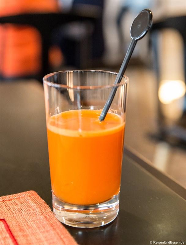 Frischer Karottensaft zum Frühstück