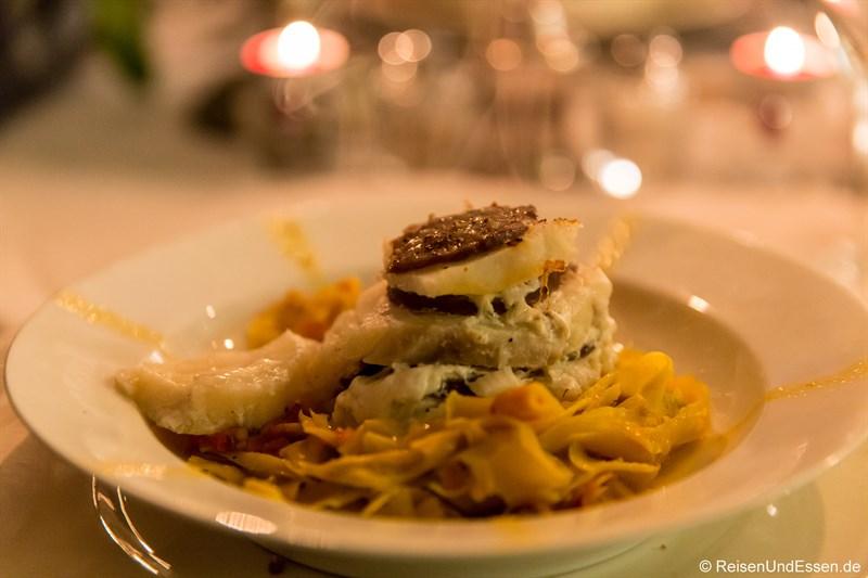 """Zucchini und Fisch """"a la morteau"""" auf Nudeln mit Veloute-Sauce"""
