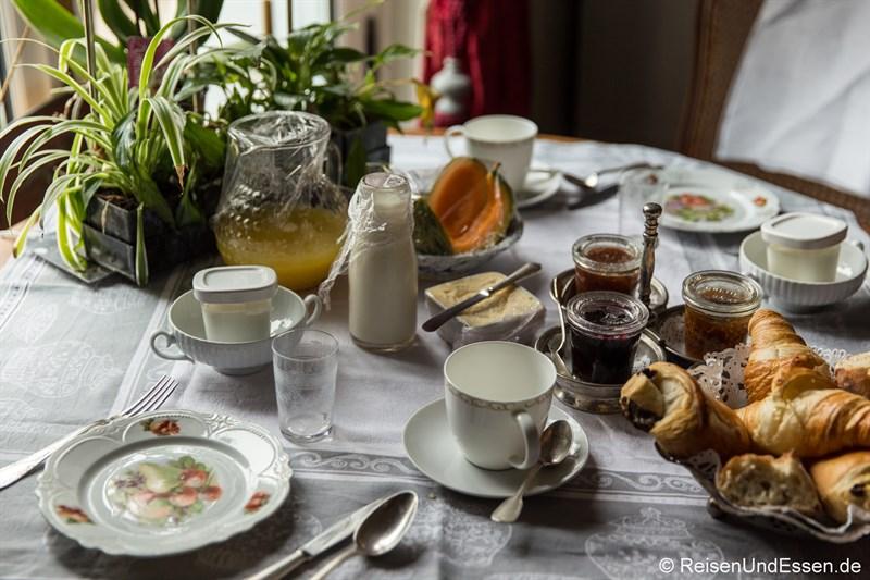 Croissants und Marmelade zum Frühstück