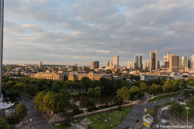 Blick aus dem Superior Zimmer die Skyline Frankfurt