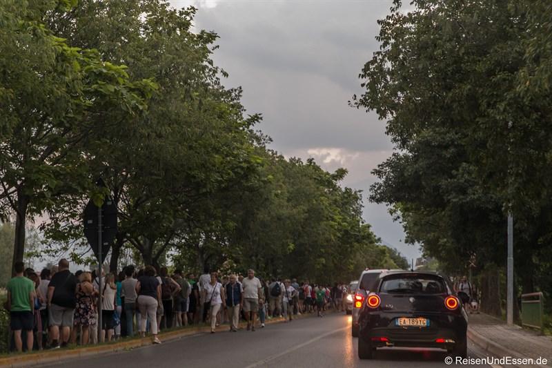 Menschenschlange für den Shuttle-Bus