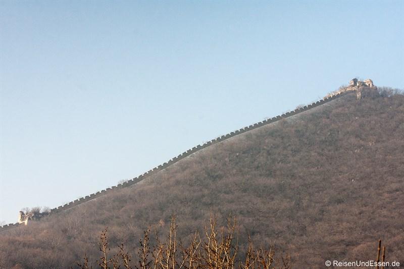 Chinesischen Mauer auf einem Bergrücken