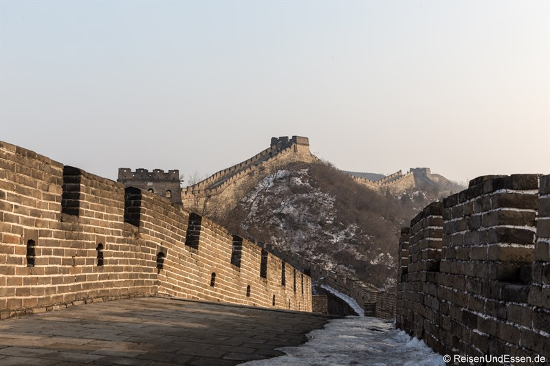 Menschenleere Chinesische Mauer in Mutianyu im Winter