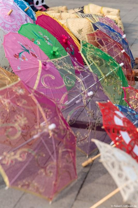 Schirme bei den Souvenirständen