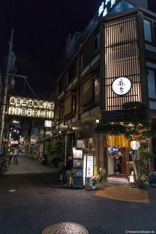 Gassen in Asakusa bei Nacht
