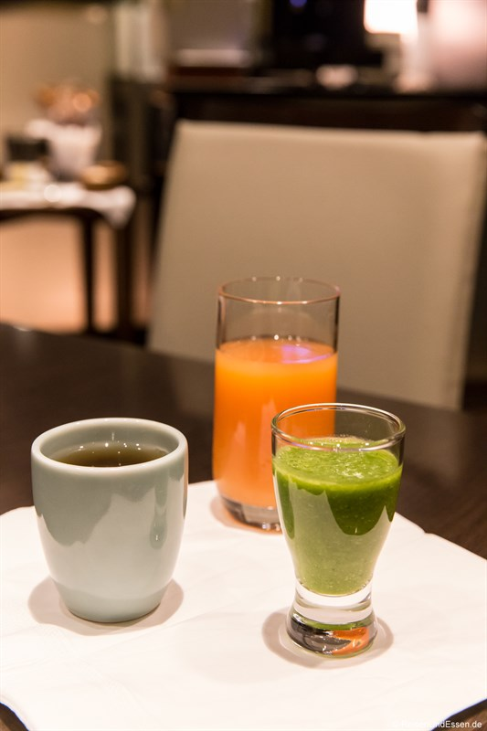 Tee und Säfte beim Frühstück