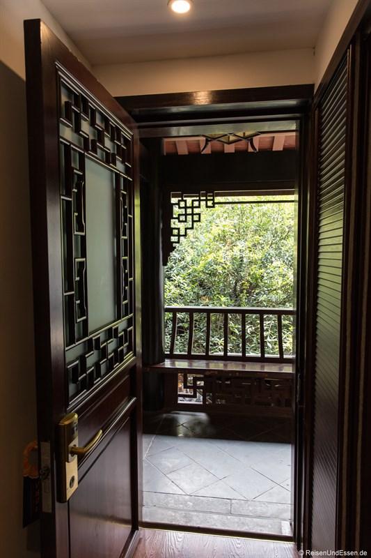 Blick aus der Zimmertür in Innenhof