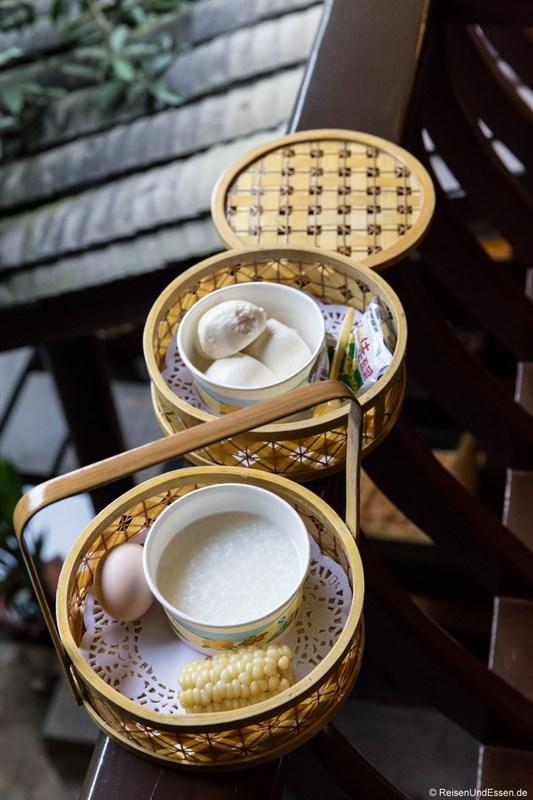 Chinesisches Frühstück im Hotel in Chengdu im Qing-Stil