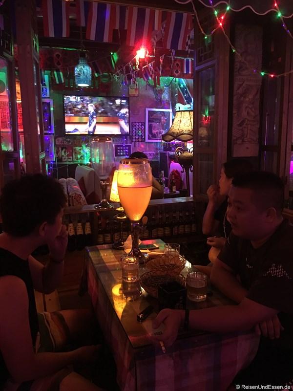 Bar mit überdimensionalem Bierglas zum Zapfen