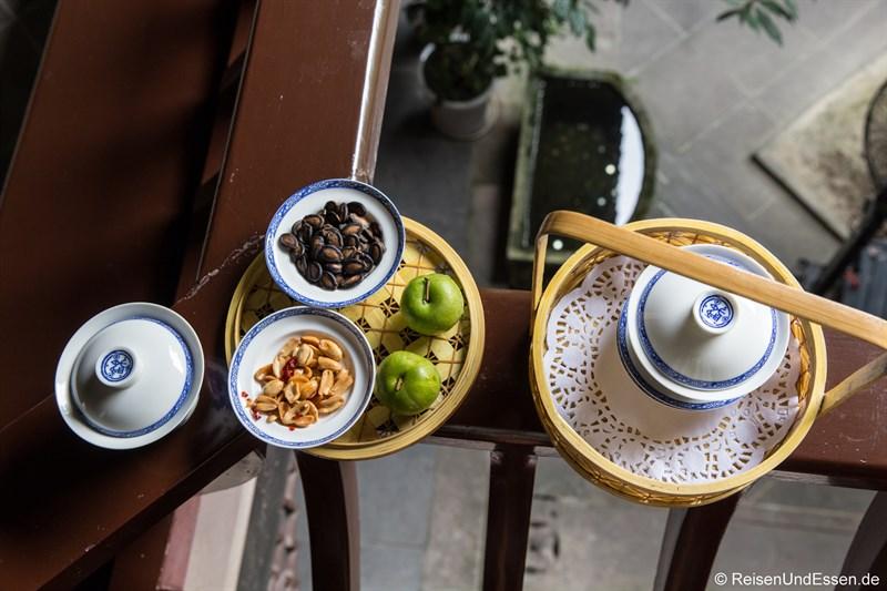 Teepause im Innenhof im Hotel in Chengdu im Qing-Stil