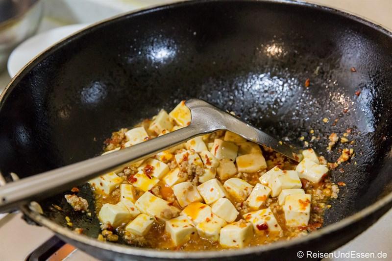 Zubereitung von Mapo Tofu im Wok