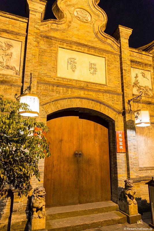 Eingang zum Hotel in Chengdu im Qing-Stil bei Nacht