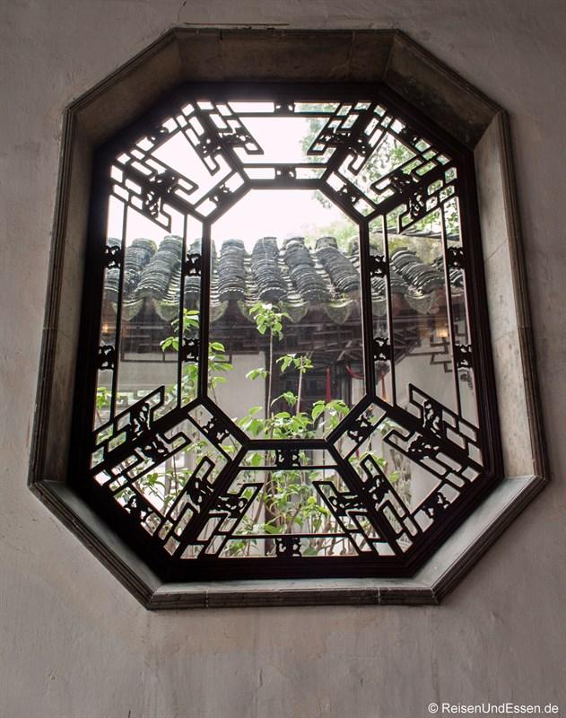 Blick durch ein Fenster auf ein Haus
