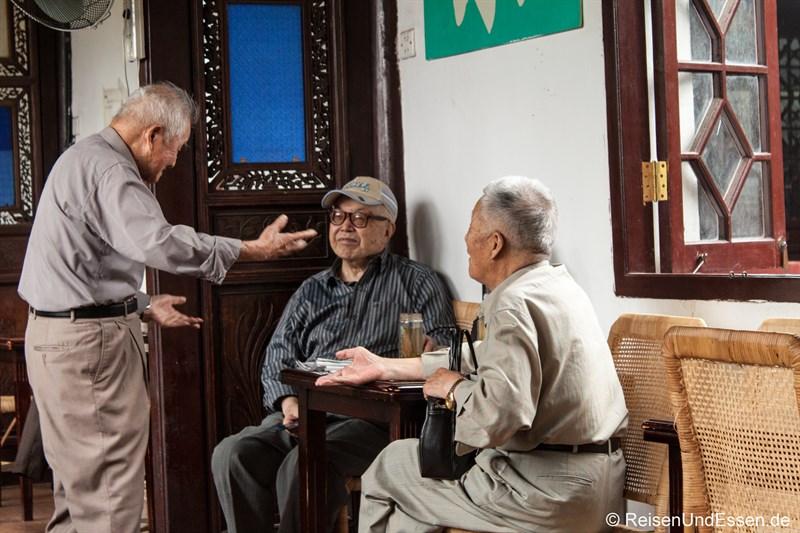 Chinesische Rentner bei der Diskussion