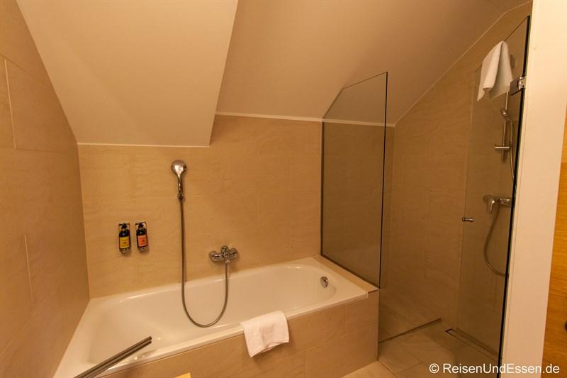 Badewanne und Dusche im Badezimmer