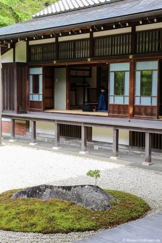 Meditation in der Haupthalle Butsuden
