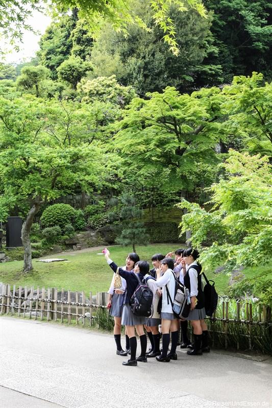 Schulklasse beim Selfie im Engaku-ji Tempel