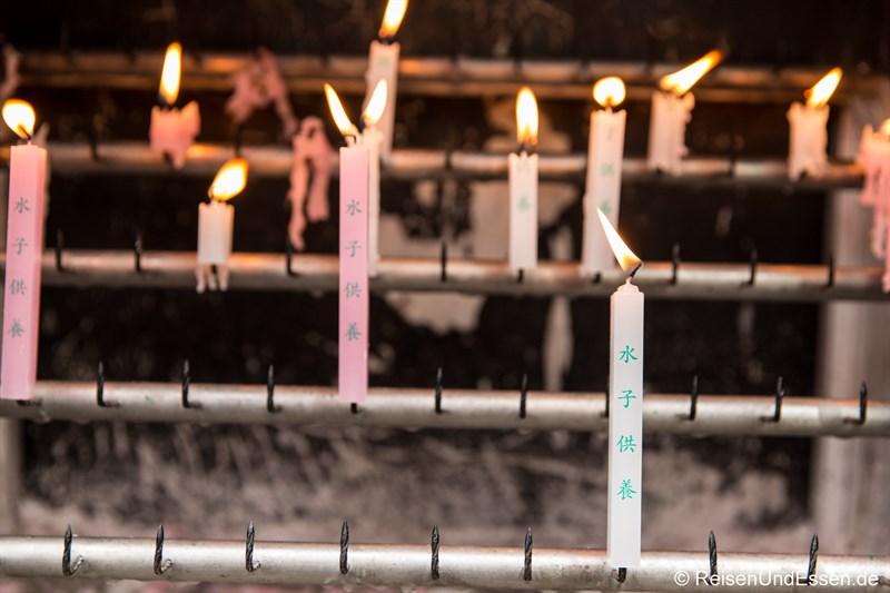Brennende Kerzen beim Tempel