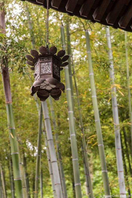 Lampe an einem buddhistischen Tempel