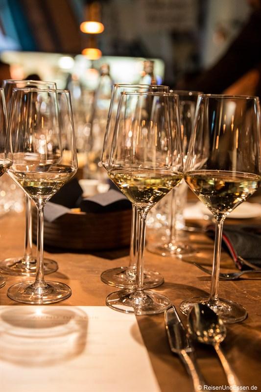 Weingläser beim Diner im Restaurant La Boheme in München