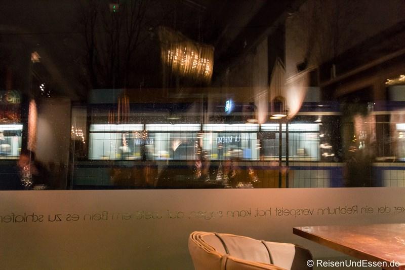 Blick aus dem Restaurant La Boheme auf die vorbeifahrende Strassenbahn