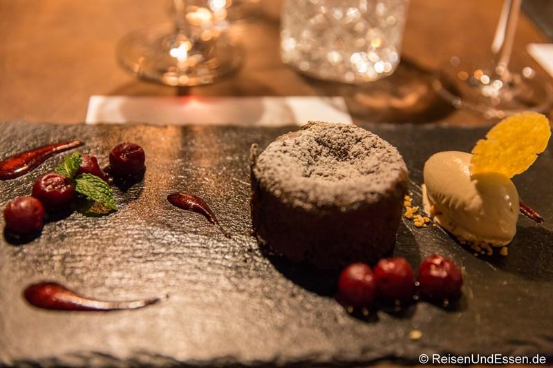 Dessert Mi-Cuit au Chocolat beim Dinner im Restaurant La Boheme in München