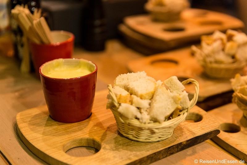 Käsefondue in der Tasse beim Fondue-Baron