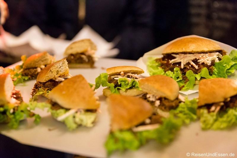Pulled-Beef-Sandwich in der Kartoffelei auf dem Tollwood