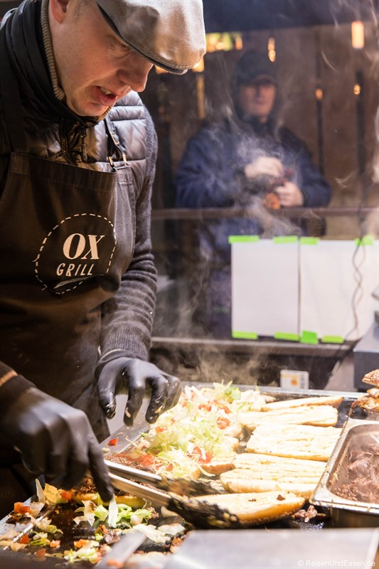 Zubereitung des Ox Grill Sandwichs beim kulinarischen Rundgang auf dem Tollwood
