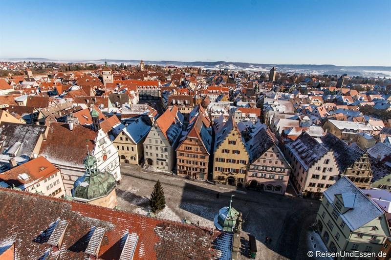 Blick vom Rathausturm auf Marktplatz in Rothenburg