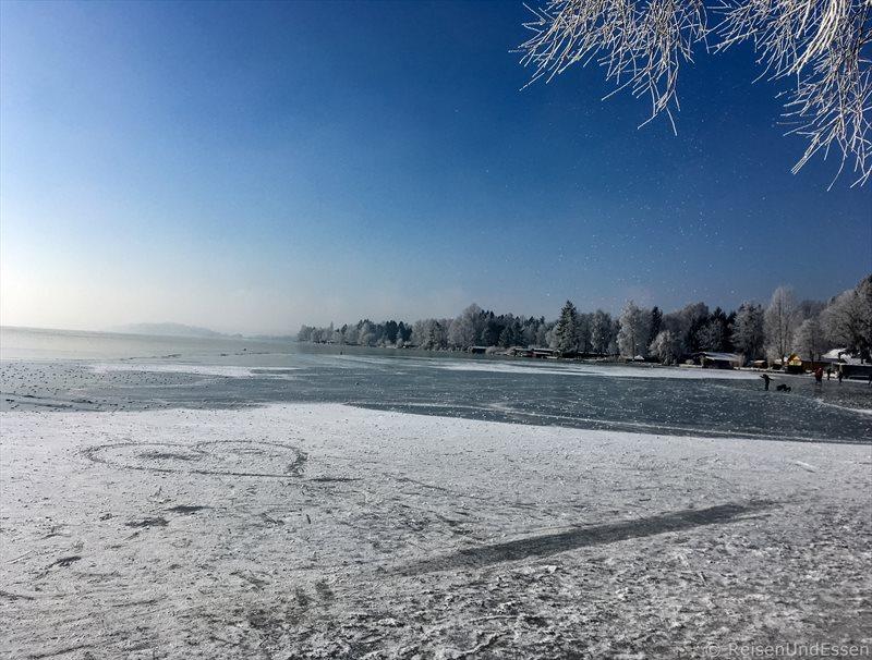 Herz auf dem Eis im Wörthsee