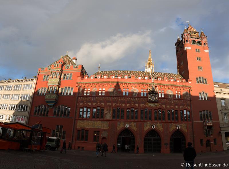 Fassade des Rathaus in Basel vom Marktplatz