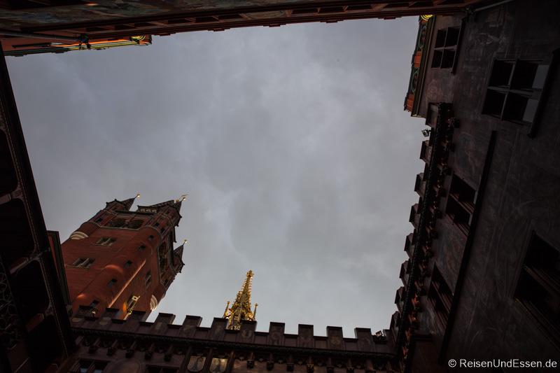 Blick vom Innenhof des Rathaus in Basel in den Himmel