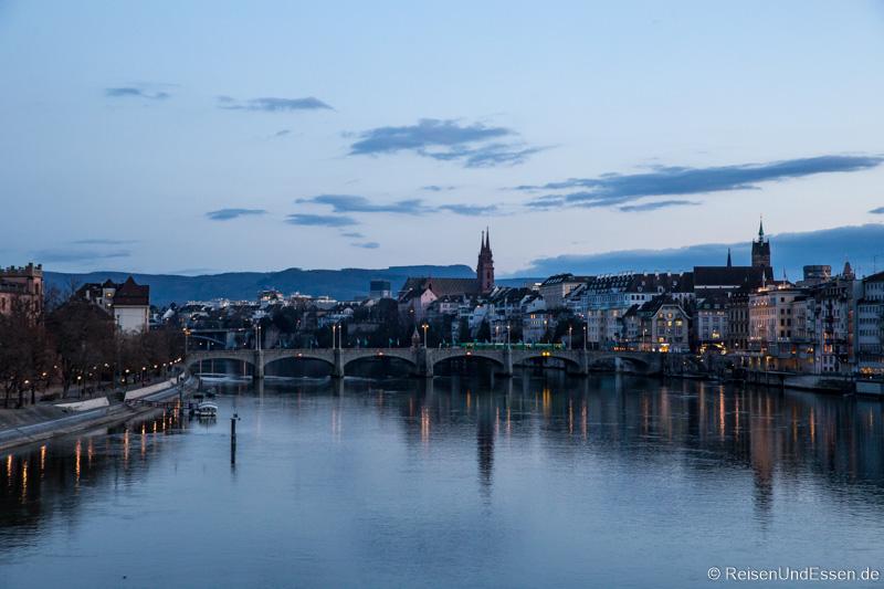 Mittlere Brücke in Basel zur blauen Stunde