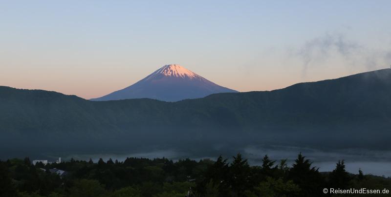 Erstes Sonnenlicht auf Vulkan Fuji im 04:45 Uhr