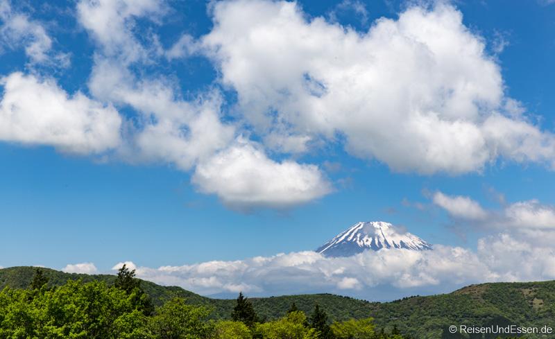 Wolken ziehen am Vulkan Fuji auf