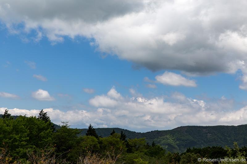 Vulkan Fuji um die Mittagszeit mit Wolken