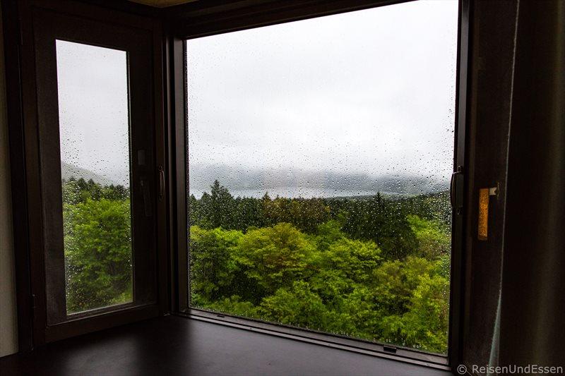 Aussicht auf Ashi-See bei Regen und Sturm